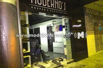 Bandidos arrombam porta de loja com chutes e pedradas, levam cerca de 10 mil reais em mercadorias