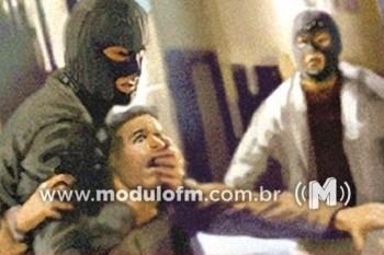 Três Criminosos invadem residência, agridem as vítimas e roubam dinheiro e caminhonete