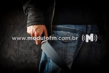 Criminoso armado com faca assalta pedestre no centro de Patrocínio
