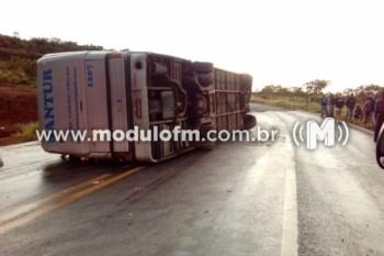 Acidente com ônibus de passageiros deixa duas pessoas mortas e feridos na BR 146, próximo a Catiara, município de Serra do Salitre