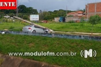 Mulher perde controle de veículo, derruba dois postes e deixa parte da cidade sem energia
