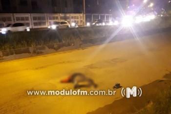 Homem não identificado deita em asfalto e morre atropelado