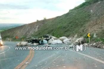 Caminhão bate em barranco na curva da morte próximo a Serra do Salitre