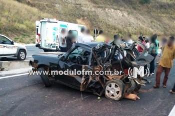 Colisão entre carreta e veículo deixa dois feridos na...