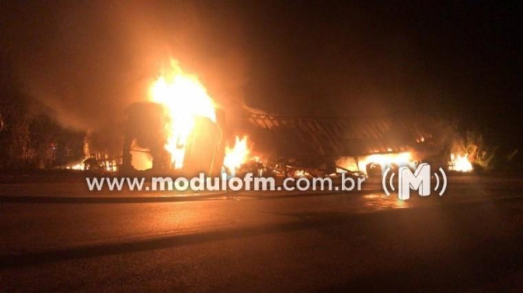 Após colisão ônibus da viação Gontijo e carreta pega fogo na BR-365