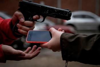 Assaltantes roubam e agridem homem no bairro Nações