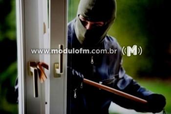 Bandidos arrombam casa e furtam carro de repórter no...