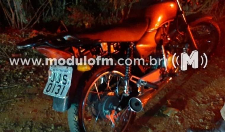 PM encontra motocicleta furtada escondida e dois menores de 14 anos são apreendidos
