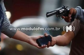 Assaltante em moto ataca pedestre no bairro Morada do...