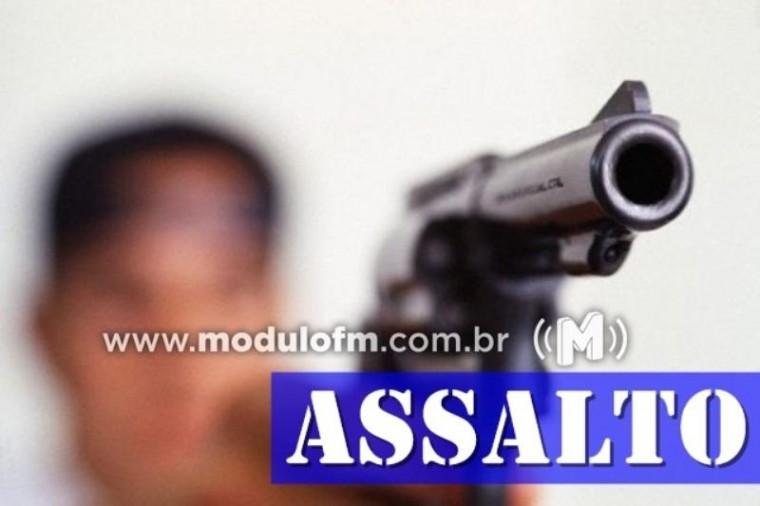 Bandidos armados invadem comércio e levam mais de R$1 mil em dinheiro