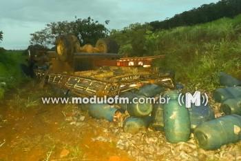 Caminhão capota e duas pessoas ficam feridas na MGC-462