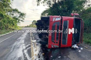 Caminhoneiro fica ferido após tombar carreta na MG-187, em...