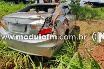 Buraco na pista causa acidente com veículo na MGC-462...
