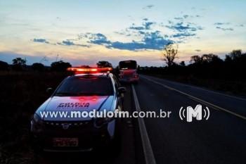 Dois homens são presos com veículo furtado em São...