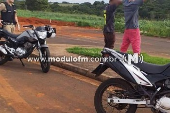 Dois Jovens fazem manobras perigosas com motos e acabam...