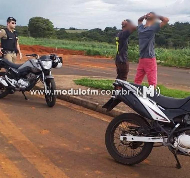 Dois Jovens fazem manobras perigosas com motos e acabam presos