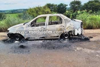 Carro pega fogo e fica destruído no município de...