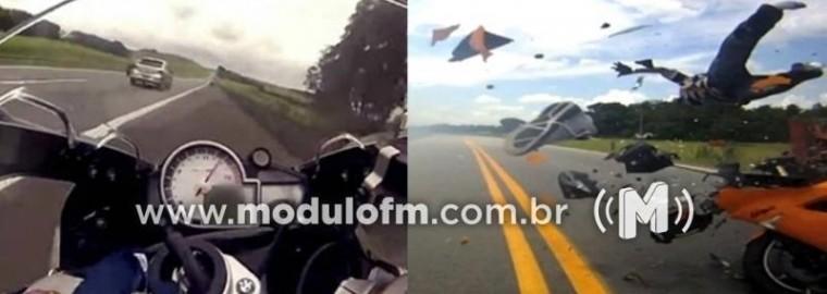Erro de cálculo de distância faz veículo bater em motociclista