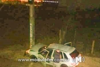 Motorista supostamente embriagado perde o controle do carro e...
