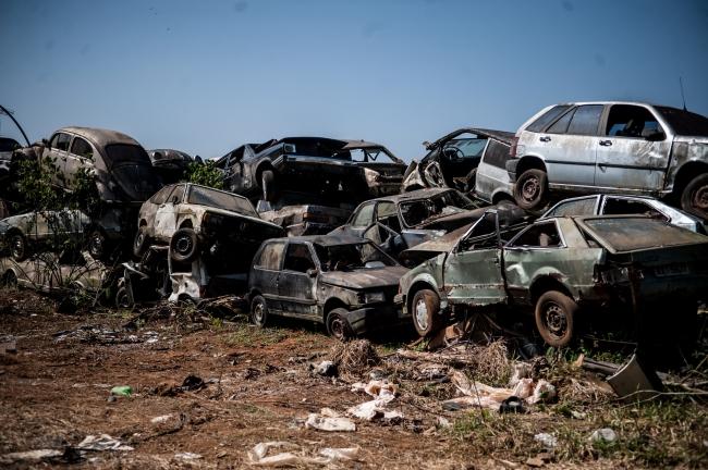 A secretária de segurança de trânsito e transporte em vigor a lei municipal n°3531/04/10/2018. Retirar as sucatas de carros das ruas.