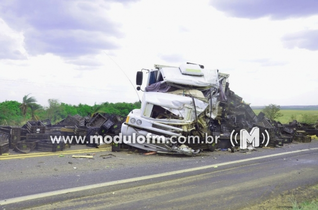 Colisão frontal entre carreta e caminhão deixa dois feridos próximo a Patrocínio