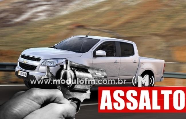 Homem tem veículo tomado de assalto no Posto de Combustível