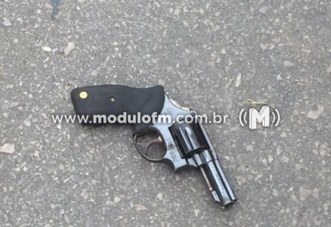 Vítima de assalto reage por impulso e assaltante sai correndo e deixa a arma de fogo cair