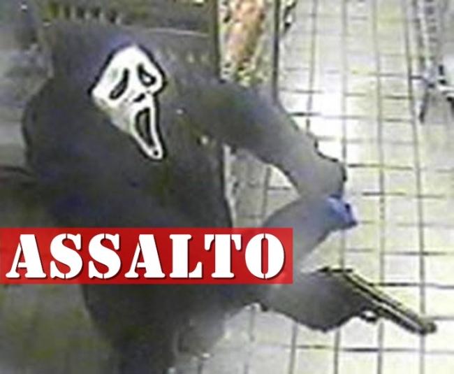 Bandidos com máscaras do Pânico agride vítima de assalto...
