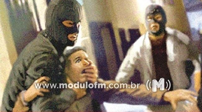 Três Criminosos invadem residência, agridem as vítimas e roubam...