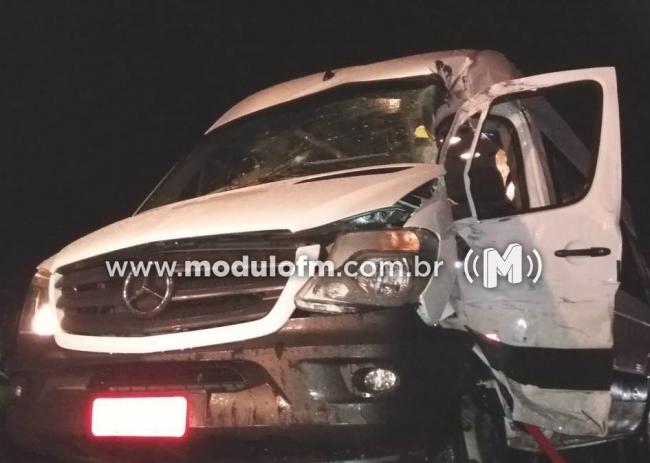Acidente entre Bitrem e Van escolar deixa feridos próximo a Patrocínio