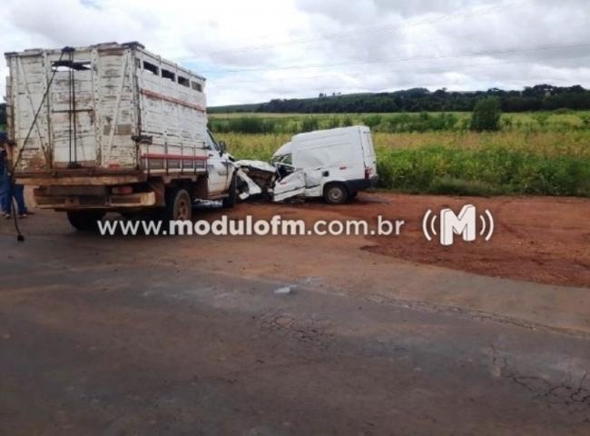 Acidente entre dois veículos deixa homem de 64 anos gravemente ferido na MG-230