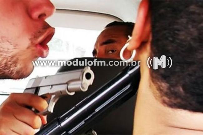 Bandidos rendem e amarram casal de namorados em pé de café e levam veículo