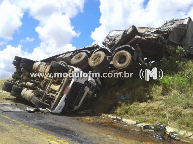 Caminhoneiro morre após tombar bitrem na MG 188