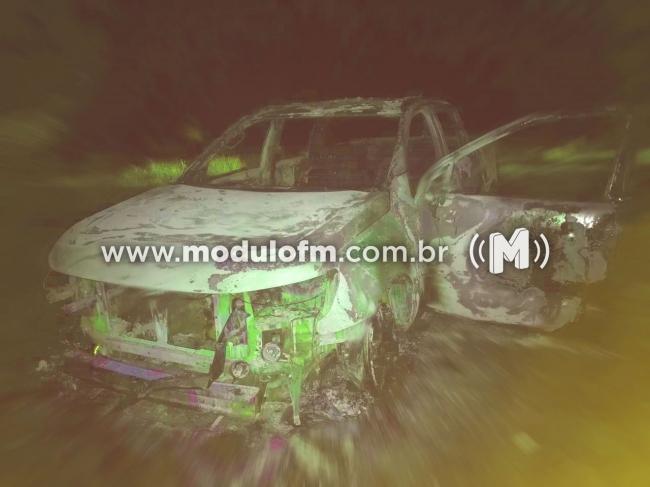 Caminhonete tomada de assalto em Patrocínio é encontrada incendiada