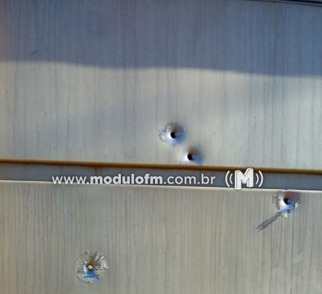 Portão de residência no bairro Enéas é alvejado com quatro tiros
