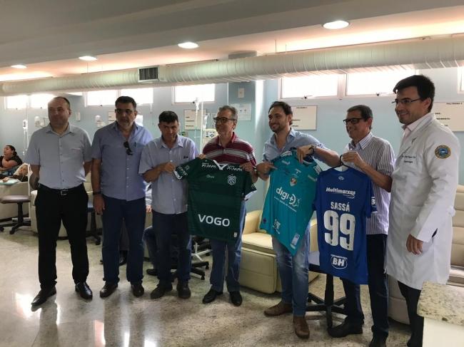 Hospital do Câncer de Patrocínio recebe repasse do CAP e camisas autografadas do Cruzeiro