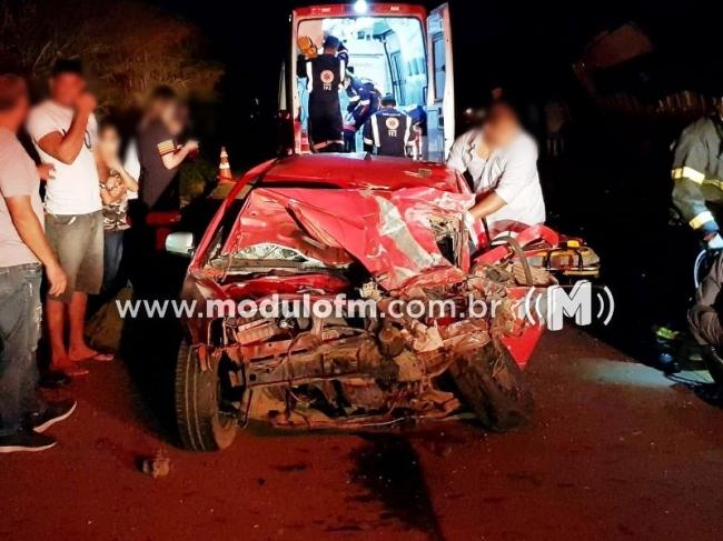 Caminhonete bate de frente com carreta após ultrapassagem na MG-230