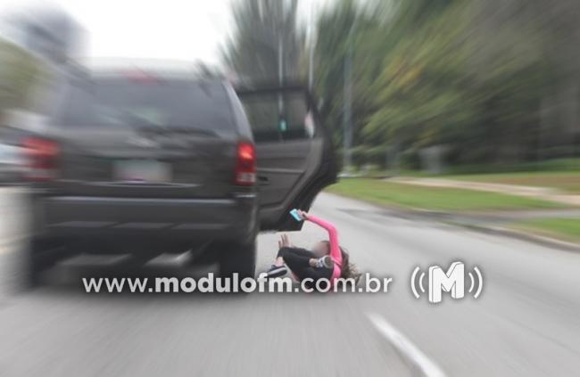 Mulher se joga de carro em movimento após ser ameaçada de morte