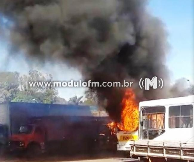 Incêndio em posto de combustíveis destrói quatro veículos em Monte Carmelo
