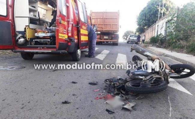 Motociclista fica ferido após bater em caminhão