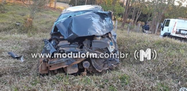 Acidente com duas carretas e veículo de passeio deixa quatro pessoas feridas na BR 365