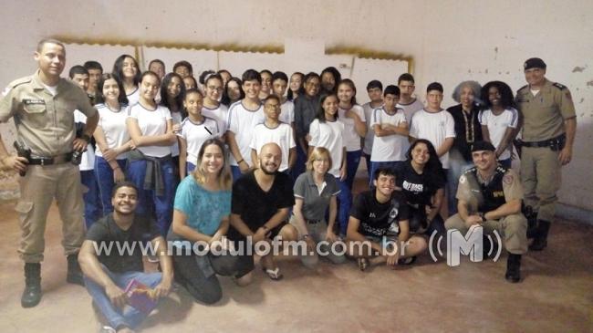 Alunos do Colégio Professor Olímpio dos Santos participam da estreia do Teatro Interativo Túnel das Drogas