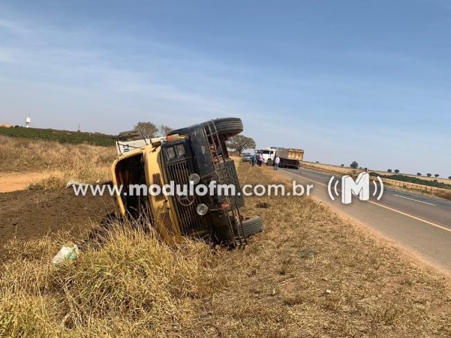 Carreta da 'L' na pista e provoca acidente na BR-146