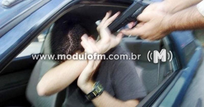 Bandidos roubam carro e fazem proprietário de refém