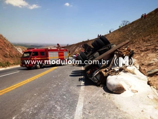 Caminhão tomba na curva da morte e motorista ferido...