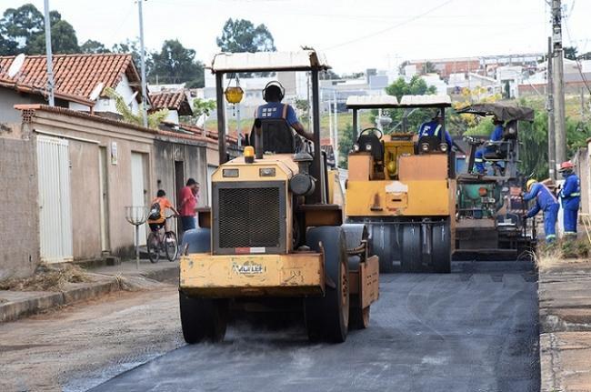Secretaria de Obras realiza recapeamento de ruas no bairro...