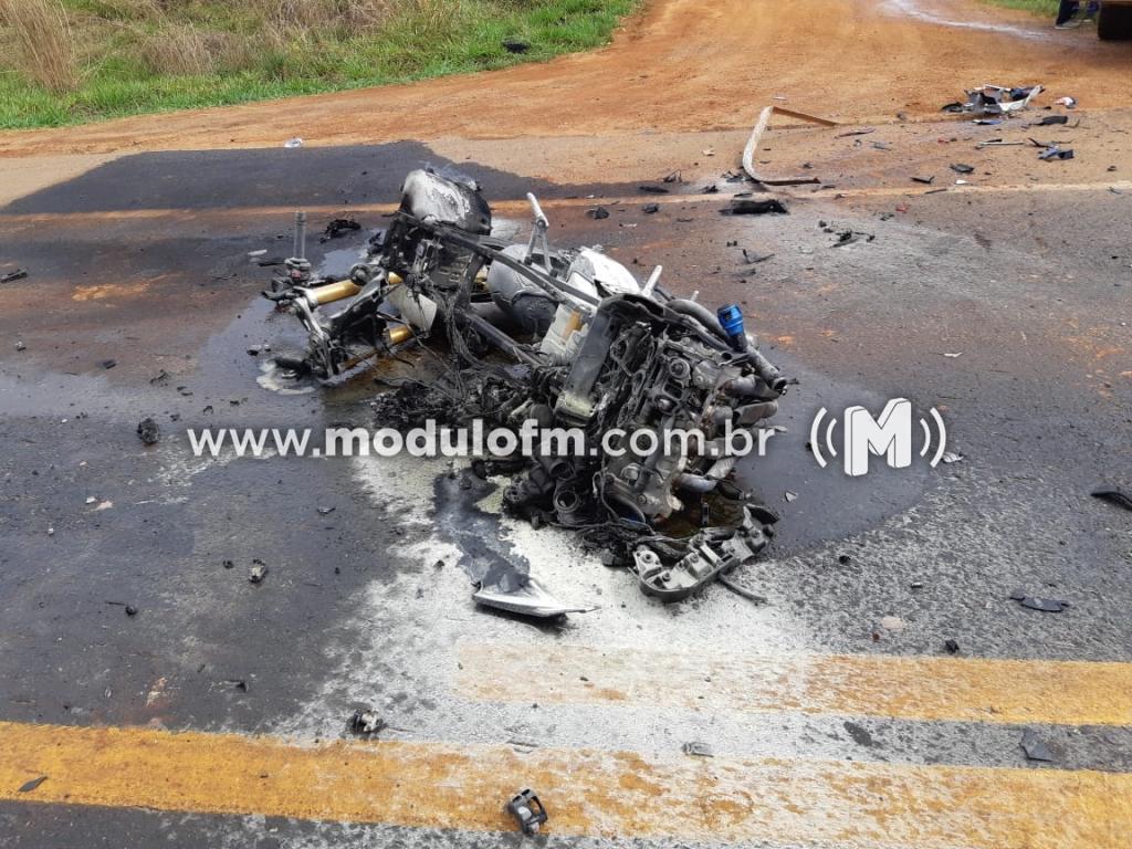 Imagem 2 do post Motociclista morre após colisão com caminhão e moto pega fogo na BR-365
