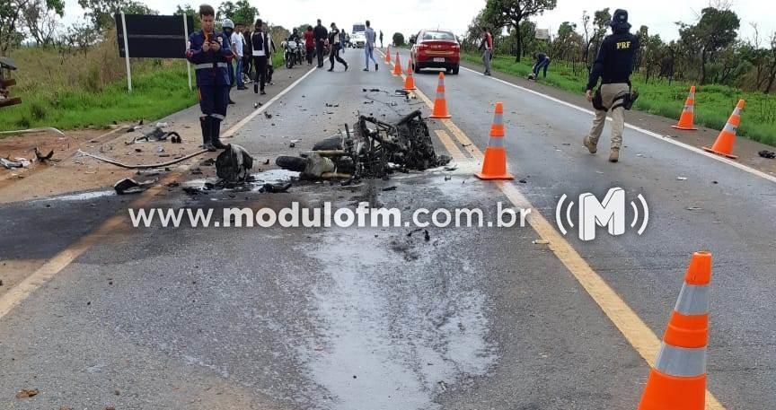 Imagem 5 do post Motociclista morre após colisão com caminhão e moto pega fogo na BR-365