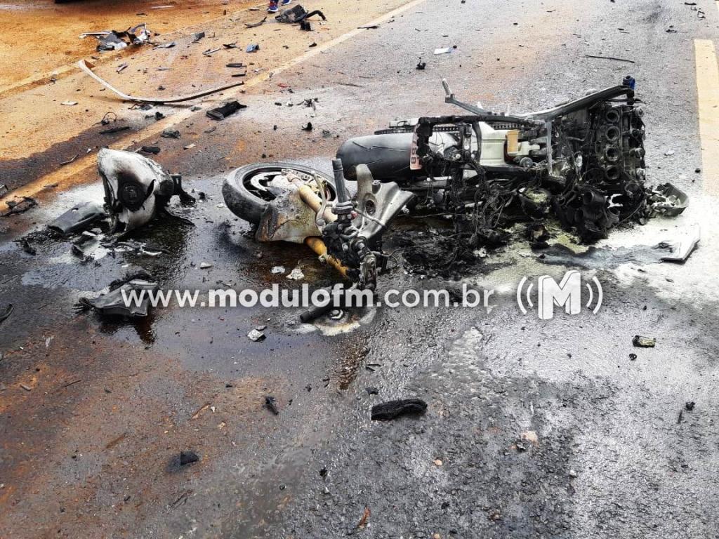 Imagem 1 do post Motociclista morre após colisão com caminhão e moto pega fogo na BR-365