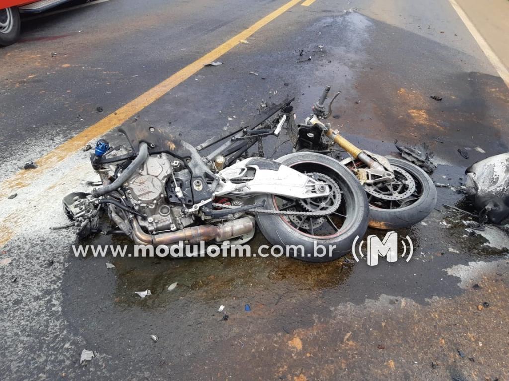 Imagem 4 do post Motociclista morre após colisão com caminhão e moto pega fogo na BR-365
